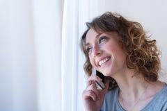 Geïsoleerd portret van een vrolijke jonge vrouw Royalty-vrije Stock Foto