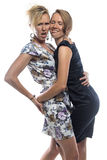 Geïsoleerd portret van gekscherende zusters op wit Royalty-vrije Stock Foto's
