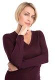 Geïsoleerd portret van weerspiegelende rijpe aantrekkelijke vrouw op wit royalty-vrije stock afbeeldingen