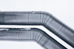 Geïsoleerd: Reusachtige die aardgasleiding langs sneeuwstraat in Riga, Letland wordt gelegd stock afbeelding