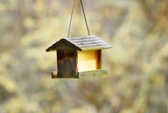 Geïsoleerd Rustiek Geel Vogelhuis Stock Fotografie