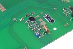 Geïsoleerd schot van PCB met oscillatorkring Stock Foto