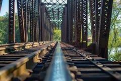 Geïsoleerd spoor op uitstekende spoorwegschraag die de rivier kruisen royalty-vrije stock afbeeldingen