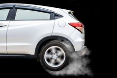 Geïsoleerd sportwagenwiel met het afdrijven en het roken op zwarte B Stock Afbeelding