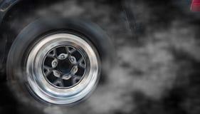 Geïsoleerd sportwagenwiel met het afdrijven en het roken Stock Foto's