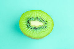 Geïsoleerd vers en sappig groen kiwifruit op groene pastelkleurkleur stock afbeeldingen