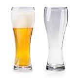 Geïsoleerd volledig en leeg glas bier Stock Afbeelding