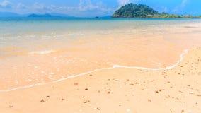Geïsoleerd wit zandstrand op tropisch eiland Royalty-vrije Stock Afbeelding