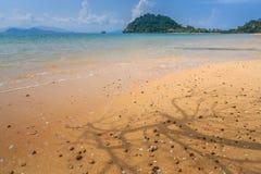 Geïsoleerd wit zandstrand op tropisch eiland Stock Afbeelding