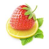 Geïsoleerde aardbei en citroen Stock Afbeeldingen