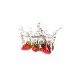 Geïsoleerde aardbeienplons op water, Stock Afbeeldingen