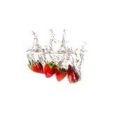 Geïsoleerde aardbeienplons op water, Stock Foto