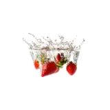 Geïsoleerde aardbeienplons op water, Royalty-vrije Stock Foto's