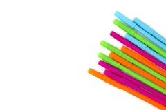 Geïsoleerde achtergrond van multi-colored pennen Stock Foto's