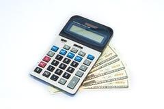Geïsoleerde 20 Amerikaanse dollarsrekeningen en calculator Royalty-vrije Stock Afbeeldingen