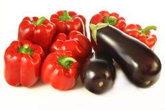Geïsoleerde aubergines en paprika Stock Foto's