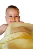 Geïsoleerde Baby in gele deken Royalty-vrije Stock Afbeeldingen