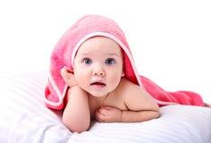 Geïsoleerde baby in handdoek, childs gezondheidszorg Stock Fotografie