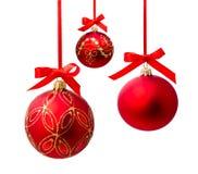 Geïsoleerde bal van Hungings de rode Kerstmis Stock Afbeelding
