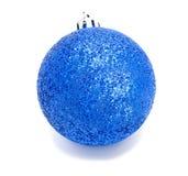 Geïsoleerde bal van Perfec de blauwe Kerstmis Stock Foto's
