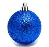 Geïsoleerde bal van Perfec de blauwe Kerstmis Stock Afbeelding