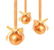 Geïsoleerde ballen van Hungings de gouden Kerstmis Stock Fotografie