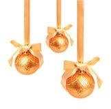 Geïsoleerde ballen van Hungings de gouden Kerstmis Royalty-vrije Stock Afbeelding