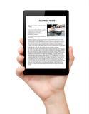 Geïsoleerde bemant hand houdend een tablet met bedrijfsnieuws op het scherm royalty-vrije stock afbeeldingen