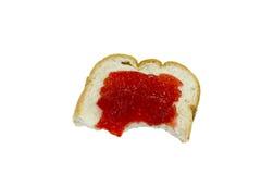 Geïsoleerde brood en aardbeijam met een beet Stock Foto