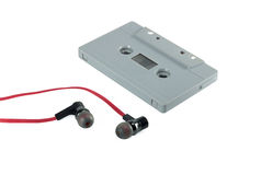 Geïsoleerde cassetteband en rode oortelefoon Geïsoleerdet de band van de cassette royalty-vrije stock afbeeldingen