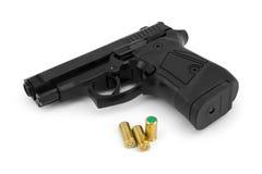 Geïsoleerde close-up van een pistool en losse patronen, Royalty-vrije Stock Afbeelding