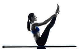 Geïsoleerde de geschiktheid van vrouwen pilates oefeningen Stock Foto's