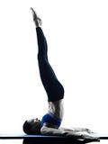 Geïsoleerde de geschiktheid van vrouwen pilates oefeningen Stock Afbeeldingen