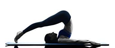 Geïsoleerde de geschiktheid van vrouwen pilates oefeningen Royalty-vrije Stock Foto