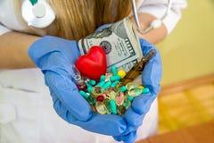 Geïsoleerde de greepdollar van artsen` s handen en verschillende pillen royalty-vrije stock afbeelding