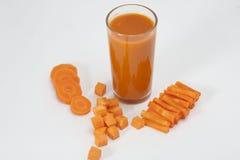 Geïsoleerde drank Wortelsap en plakken van verse wortel op witte achtergrond stock afbeeldingen