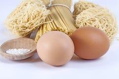 Geïsoleerde eieren en ruwe deegwaren Stock Afbeelding