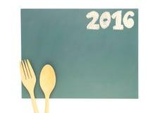 Geïsoleerde 2016 en houten lepel en vork Stock Foto