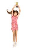 Geïsoleerde foto van het glimlachen van de trofeekop van de meisjesholding lucht stock foto