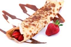 Geïsoleerde gediende pannekoeken met aardbei en chocolade Stock Afbeelding