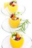 Geïsoleerde gevulde citroenen met vegetarische salade royalty-vrije stock afbeelding