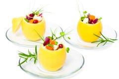 Geïsoleerde gevulde citroenen met vegetarische salade royalty-vrije stock afbeeldingen