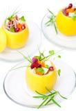 Geïsoleerde gevulde citroenen met vegetarische salade stock afbeelding