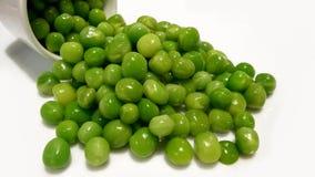 Geïsoleerde gezonde verse groene die erwten op witte achtergrond worden verspreid Royalty-vrije Stock Afbeelding