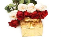 Geïsoleerde Giftbox en rozen Stock Foto