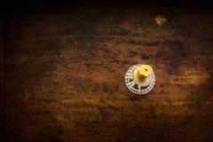 Geïsoleerde Gouden Kaars op een Bruine Houten Oppervlakte Royalty-vrije Stock Foto's