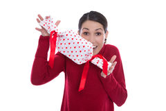 Geïsoleerde grappige glimlachende jonge vrouw die een heden met rood houden hij Stock Foto