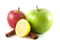 Geïsoleerde groene en rode appelen, citroen met kaneel Royalty-vrije Stock Foto's