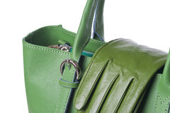 Geïsoleerde groene leerbeurs met handschoenen Stock Foto