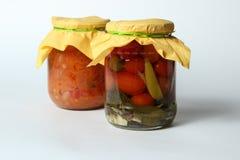 Geïsoleerde groenten in het zuur op witte achtergrond Stock Foto's